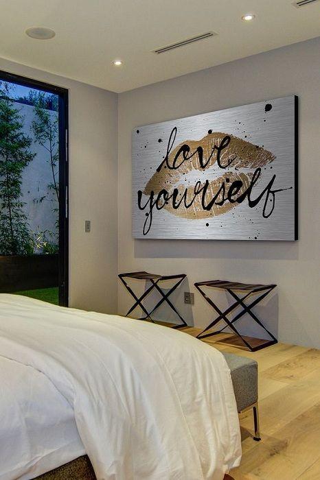 Bare et kult eksempel på å designe et soverom ved å plassere et kult bilde med et gyllent bilde.
