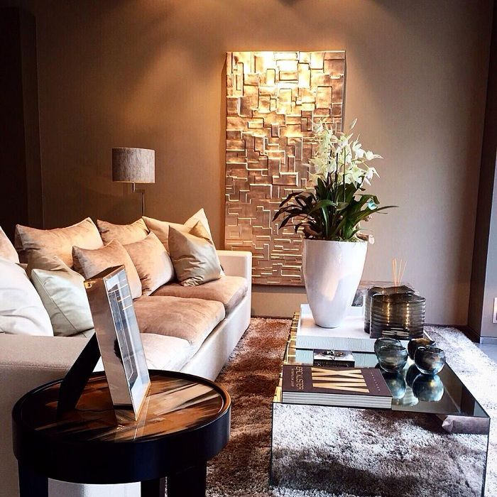 Et flott alternativ for å dekorere et rom med veggdekorasjon i gullnyanser.