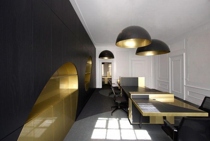Et flott eksempel på å lage et interiør i svart med gull aksenter som definitivt vil appellere.