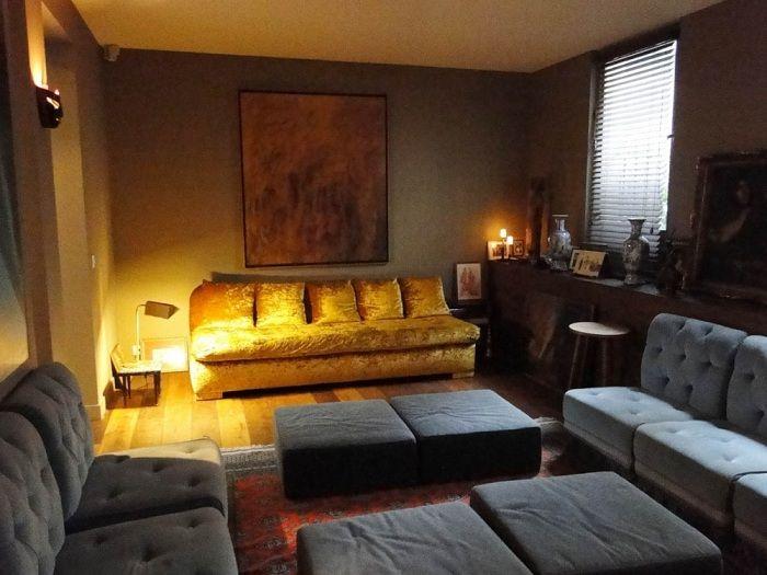 Kjølig interiør i stuen med vakker belysning, som vil gi lyse farger til interiøret.