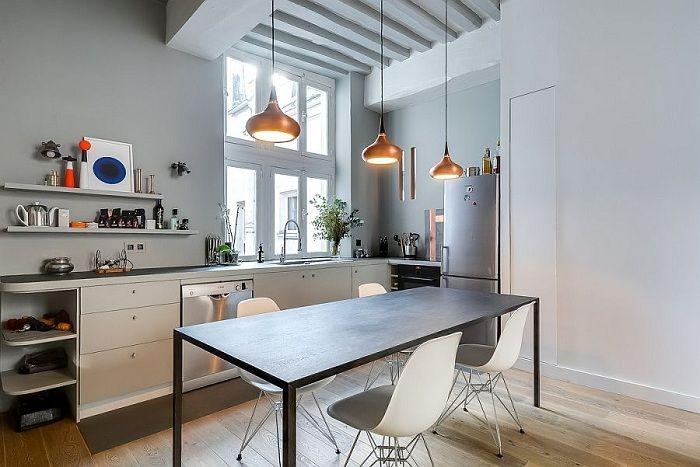 Et stilig eksempel på kjøkkendesign i moderne motiver med gylne kreative lysekroner.
