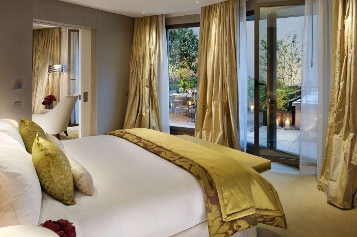 Et interessant alternativ for å utstyre et soveromsinnredning med gylne gardiner du liker.