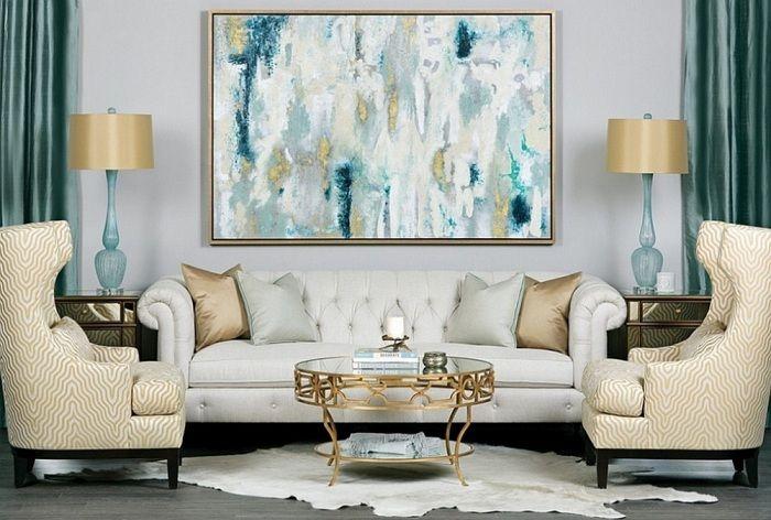 Det kule interiøret i stuen ble opprettet ved å bruke veldig vakre gyldne elementer av dekor.
