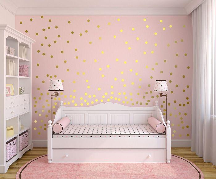 Rommet er i myke farger, som er dekorert med gyldne gnister.