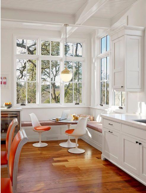 В светлой кухне с белоснежной отделкой