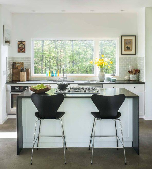 Диван в просторна кухня