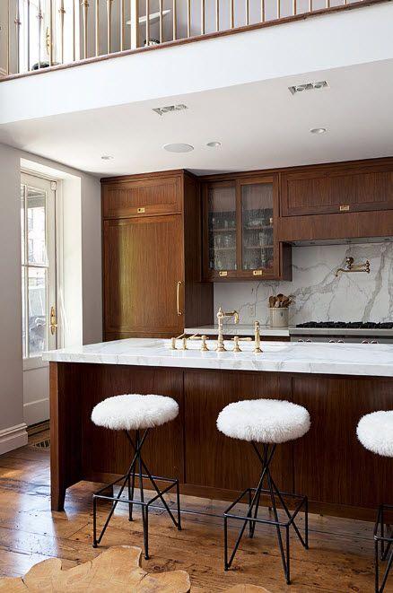 В кухня с тъмни мебели