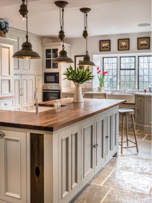 Lys sofa for kjøkken-spisestue-stue