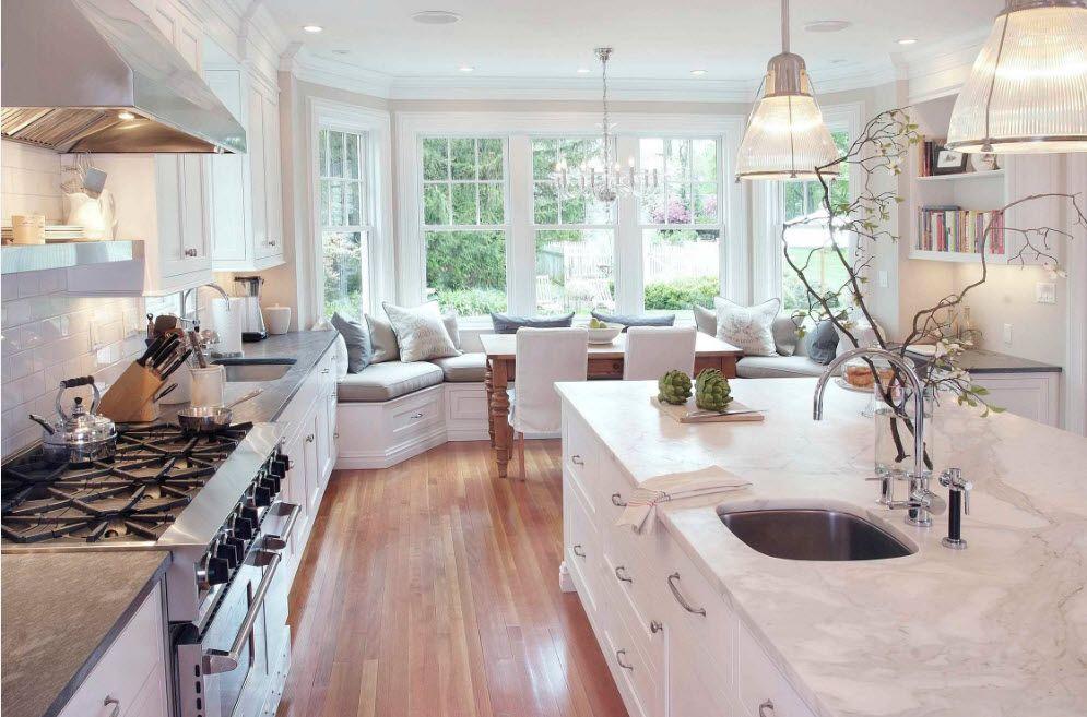 Sofa med fargerikt møbeltrekk på et stort kjøkken