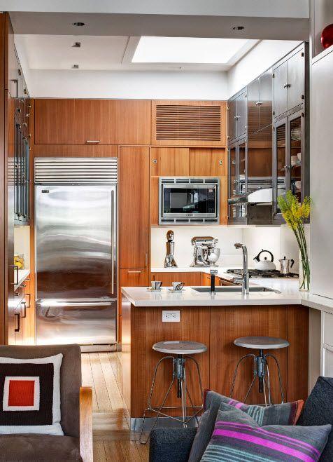 Белоснежный диван в светлой кухне