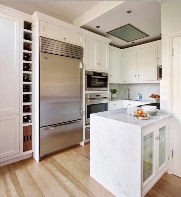Hvitt kjøkken med en original øy