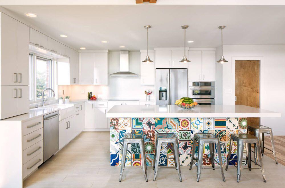 Lys dekorasjon av kjøkkenøya