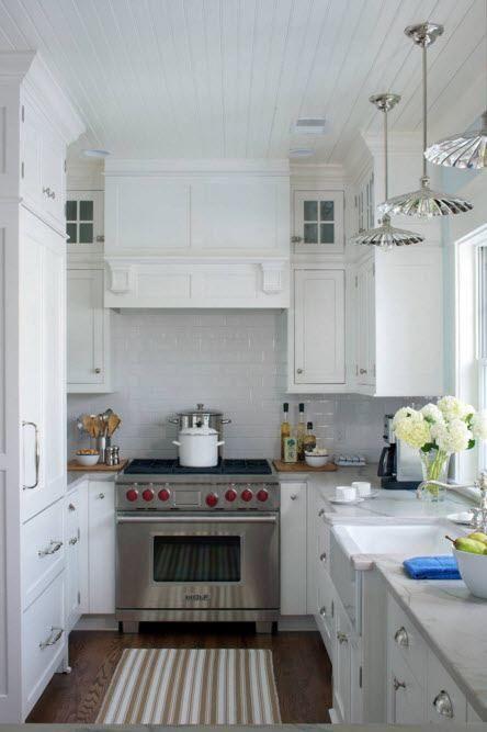 Белая кухня с П-образной компоновкой
