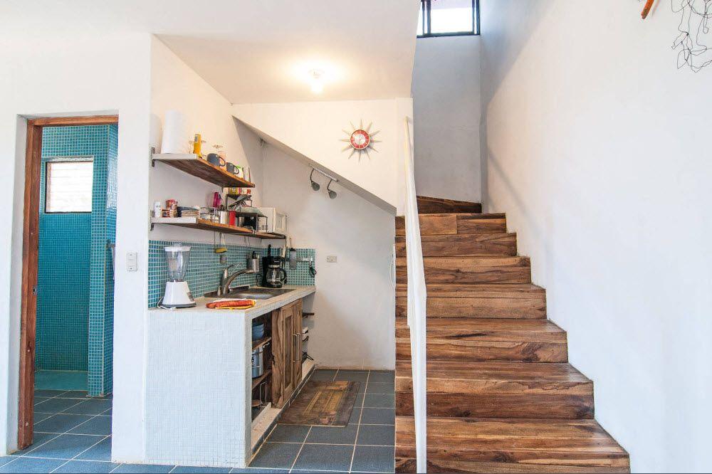Кухонная зона под лестницей