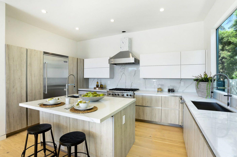 Модерна кухня в светли цветове
