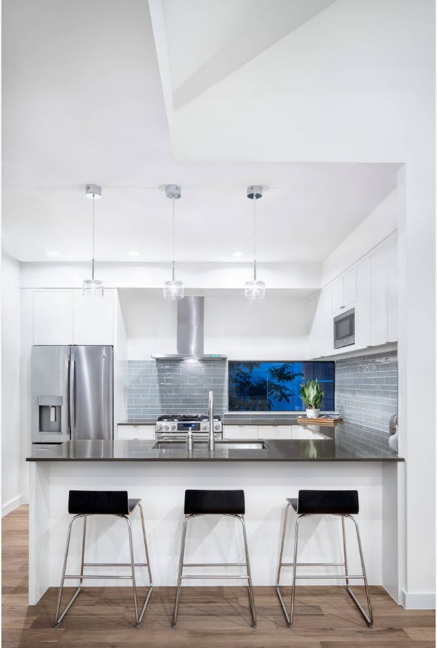 В снежнобяла кухня с висок таван