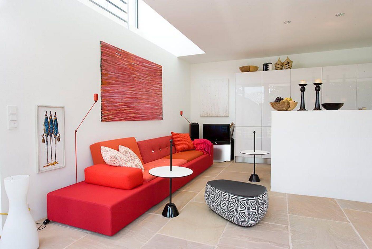Lys sofa på hvit bakgrunn