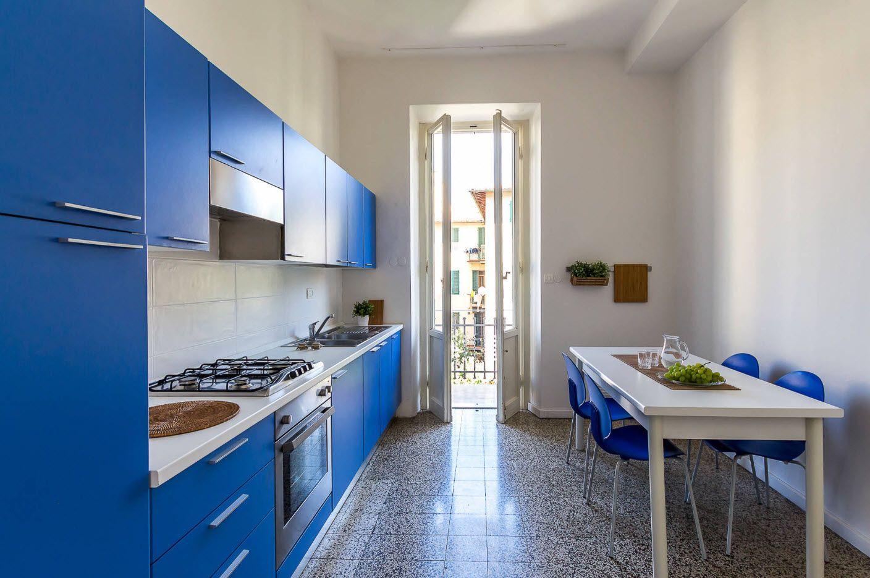 Ярки фасади за бяла кухня