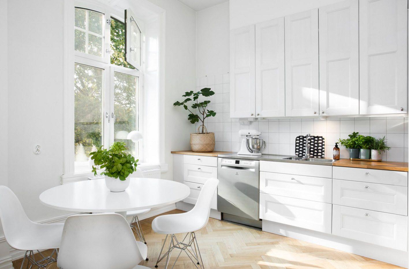Залята от слънце бяла кухня