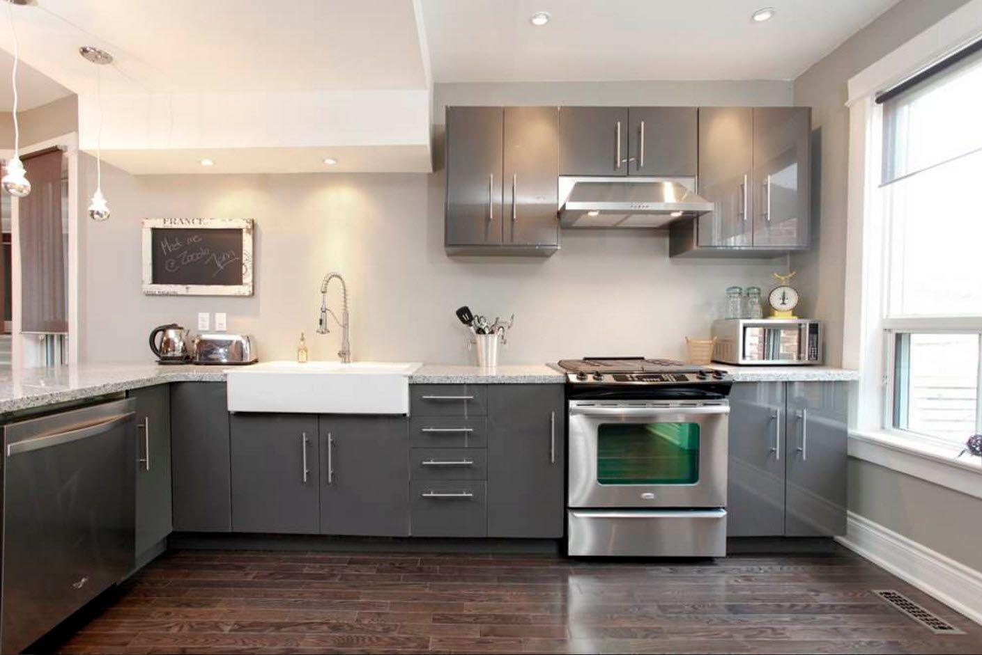 Угловая планировка серой кухни