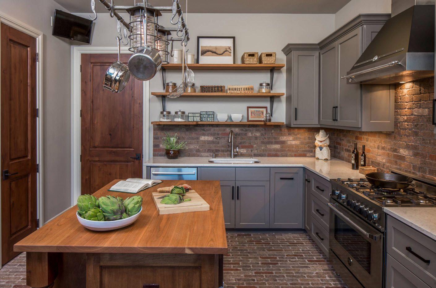 Tre, tegl og fliser i et grått kjøkken