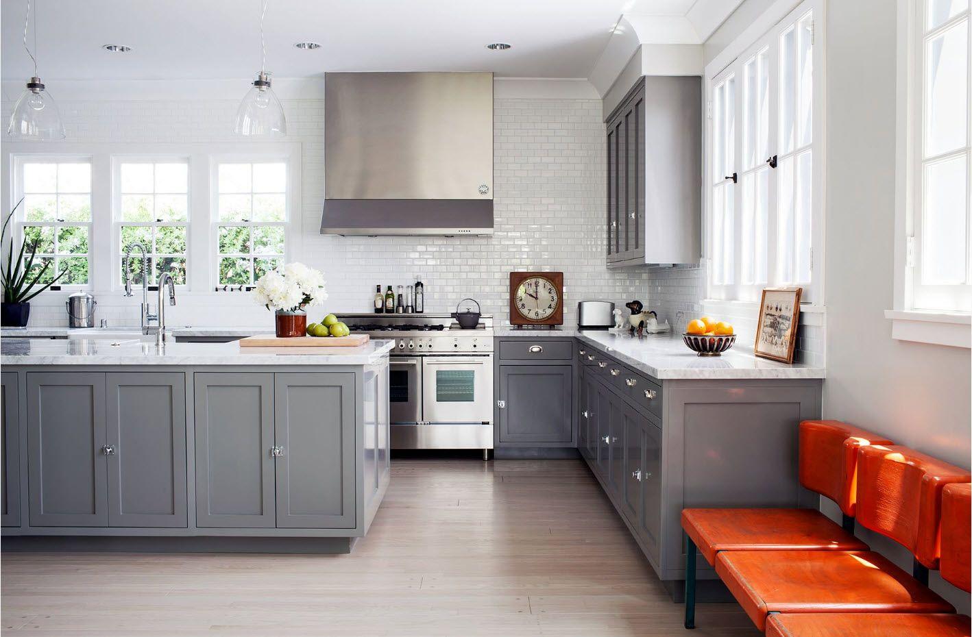 Яркие стулья для серой кухни