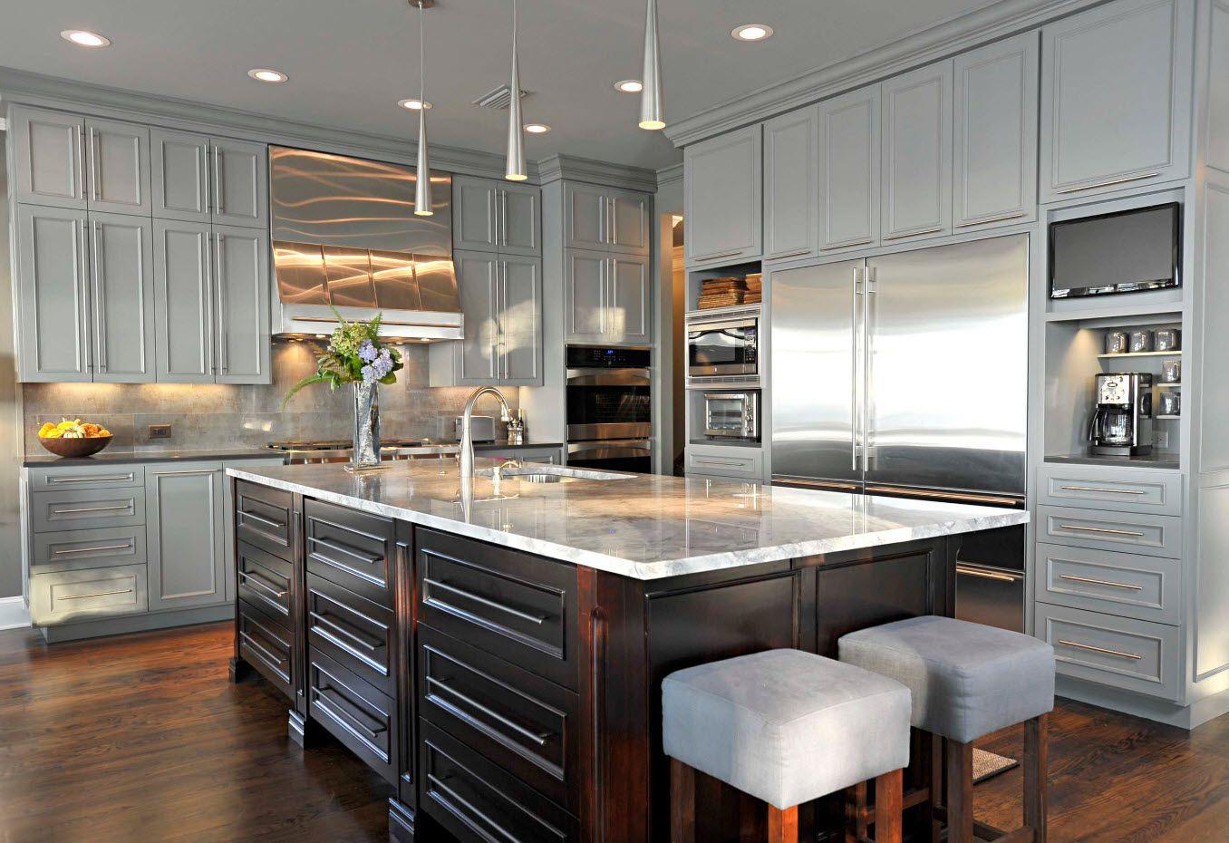Блеск нержавеющей стали в сером дизайне кухни