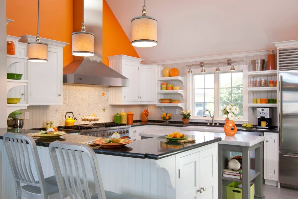 Kjøkkenhyller og vindu