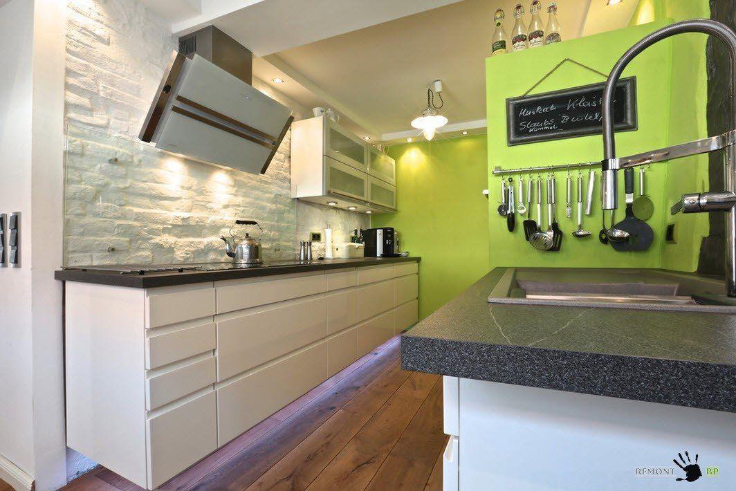 Небольшая кухня с белой меблировкой