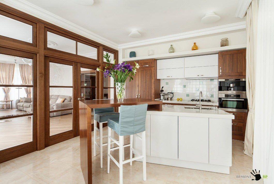 Бели и дървесни тонове в кухнята