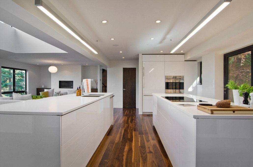 Hvite møbler på brunt gulv