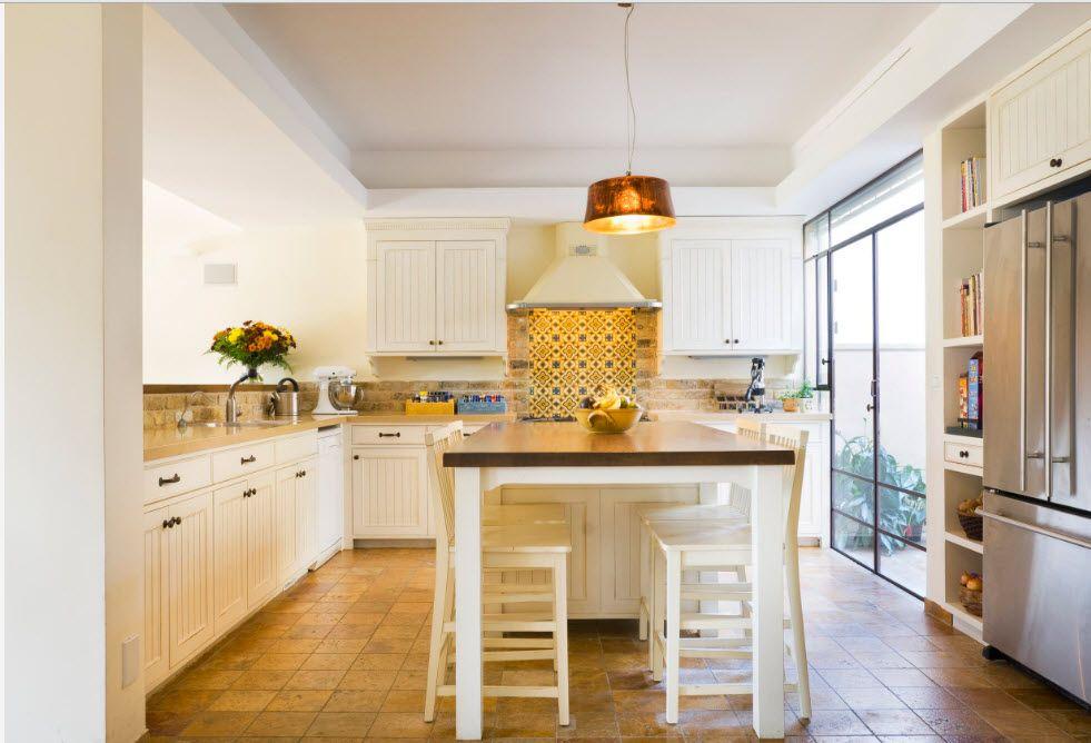 Кухня с окнами вместо верхнего яруса шкафов