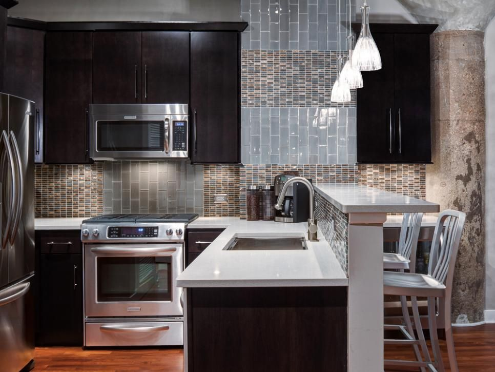 Контрастная кухня с черными шкафами
