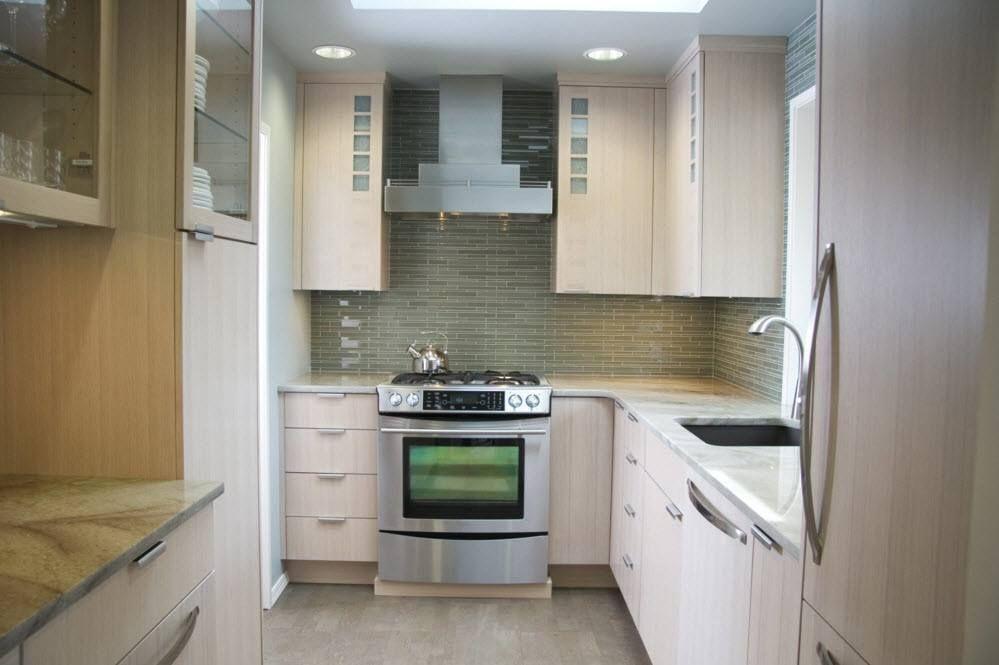 Светла кухня в пастелни цветове