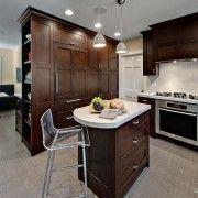 Бежевая плитка на кухонном полу