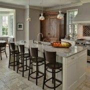 Светло сиви плочки на пода на кухнята