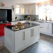 Плочки от естествен нюанс на пода на кухнята