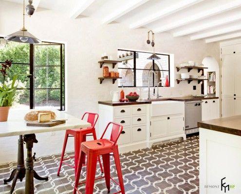 Узоры на кафеле на полу кухни