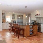 Кафяви плочки на пода на кухнята