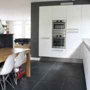 Черен плочен кухненски под