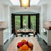 Темная плитка на полу кухни