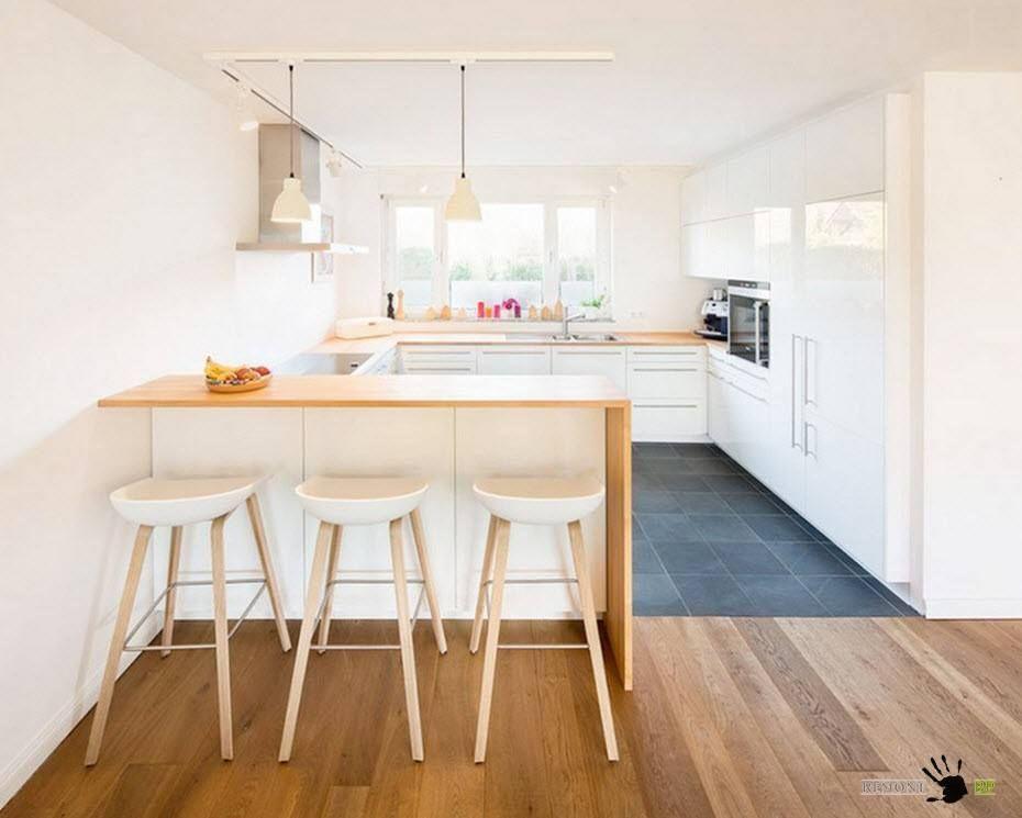 Hvitt kjøkken med benkeplater i tre