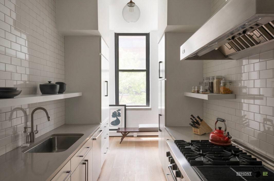 Бяла престилка в малка кухня