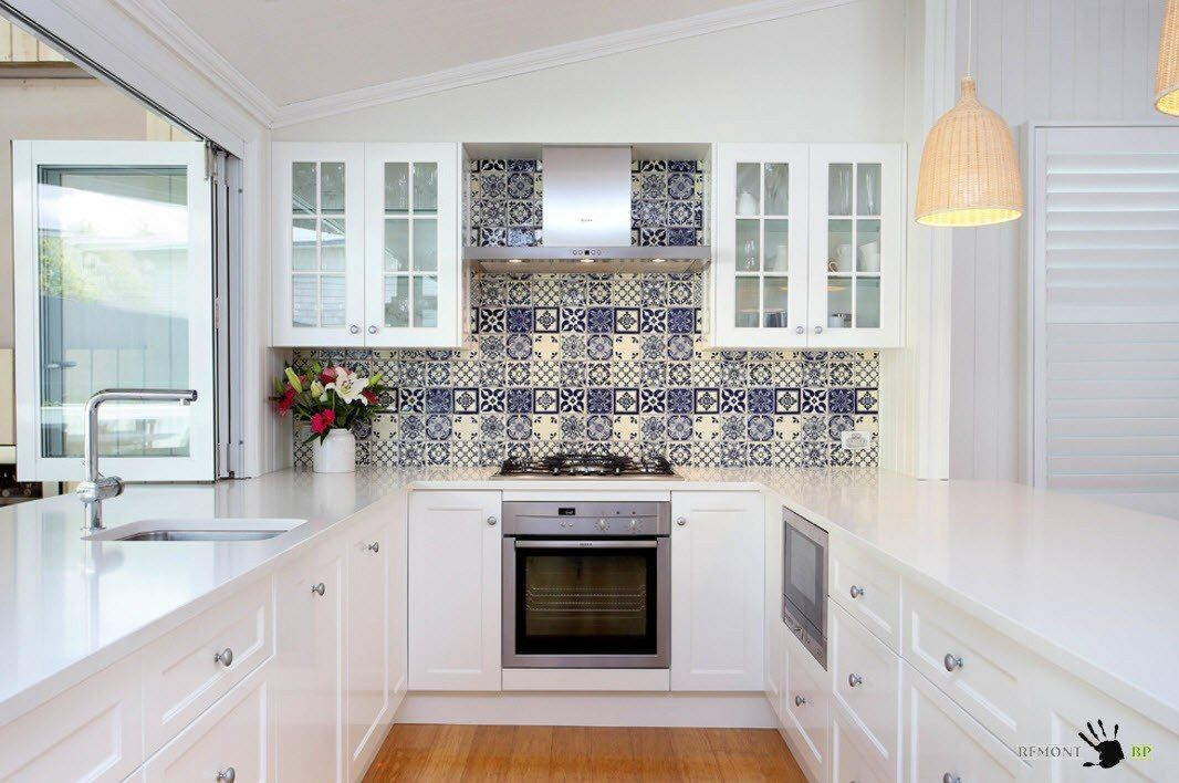 Атрактивна престилка за бяла кухня