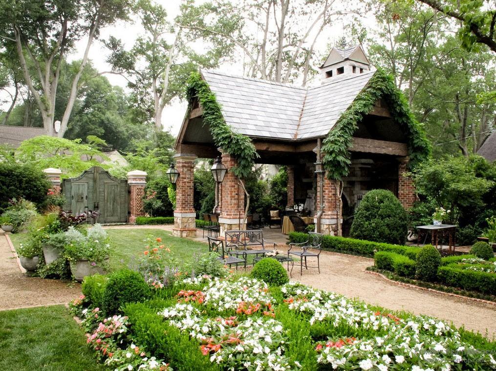 Organiczne połączenie elementów kompozycji - altana, ogrodzenie, alejki, rabaty, krzewy i rośliny ampelous