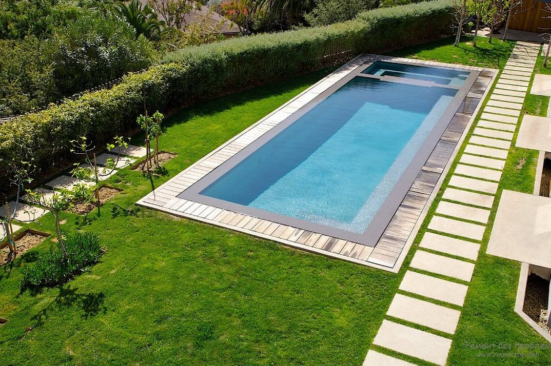 Небольшой стационарный бассейн рядом с домом
