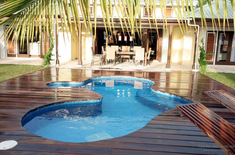 Небольшой бассейн прямо перед домом