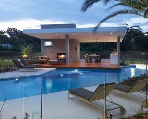 Południowa wersja kompleksu altanka-grill i basen szczególnie efektownie prezentuje się wieczorem dzięki złożonemu systemowi oświetlenia