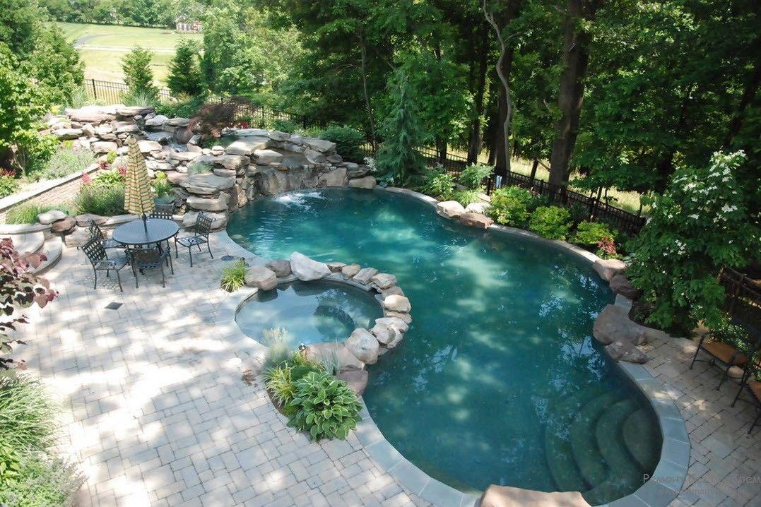 оригинальный небольшой открытый бассейн среди зеленой природы
