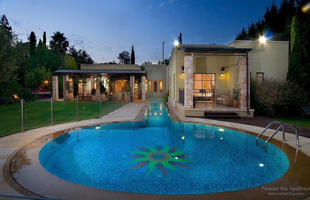 Дизайн большого бассейна, находящегося на территории, примыкаающей к дому